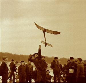 A model plane event at Malmi Airport in the early 1960s. Enthusiastic model plane activity has inspired the youth to join Malmi's aviation community already when the airport was still under construction in the 1930s.